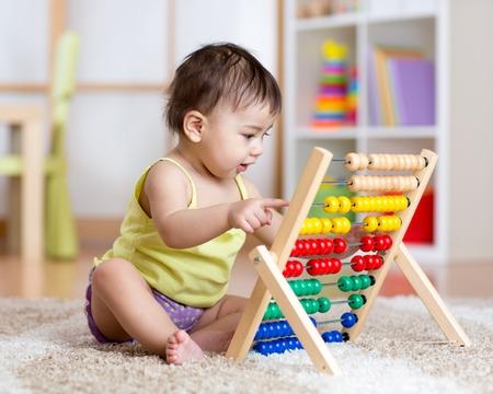 카운터 장난감을 가지고 노는 귀여운 아기 소년