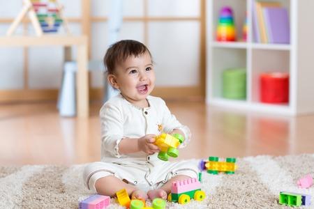 Bebé juega los juguetes felices constructor en vivero Foto de archivo - 54307078
