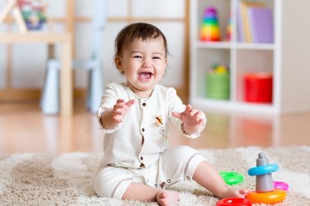 화려한 장난감으로 집 안에서 놀고 귀여운 어린 소녀 아기 스톡 콘텐츠