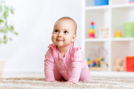 arrastrándose bebé divertido en interiores como en casa