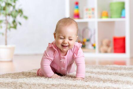 lustigen Baby auf dem Boden zu Hause kriechen