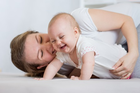 bebe gateando: Madre jugando con su bebé lindo