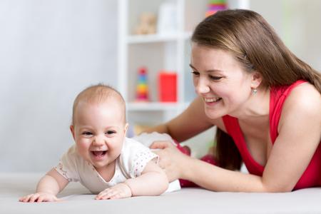 아기: 행복한 가족. 엄마와 아기 놀이, 웃음과 포옹 스톡 콘텐츠