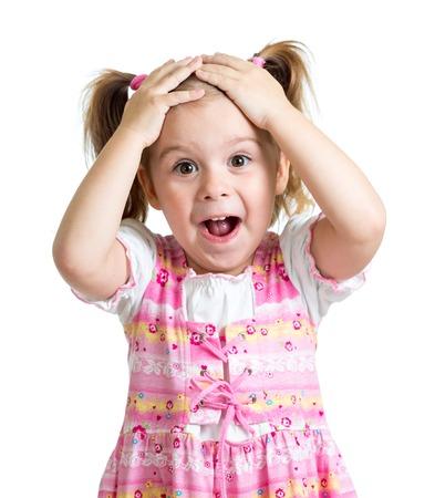 Verbaasd of verrast kid kind handen geïsoleerd holding hoofd Stockfoto