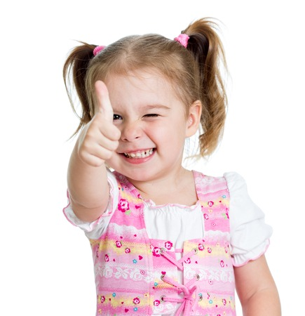 Bambino bambina dando i pollici in su