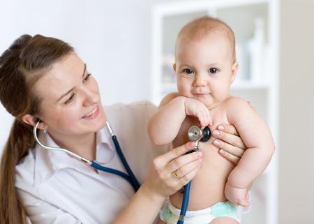 pédiatre examen de l'enfant avec un stéthoscope à l'hôpital Banque d'images