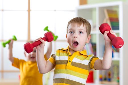 ejercicio aeróbico: los niños chicos divertidos ejercicio con pesas. de vida saludable, los niños deportivos.