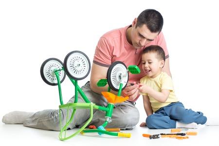 kind jongen en zijn vader vaststelling van kinderen fiets