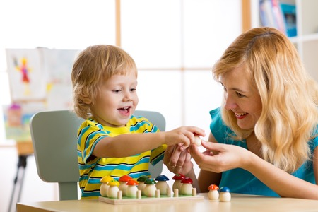 Mother and child learn color, size, count while playing together. Early education concept. Foto de archivo
