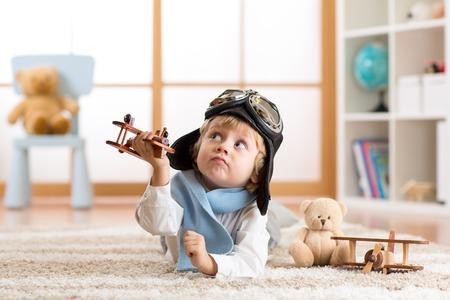 幼児男の子おもちゃの飛行機で遊んでいると、パイロットになることを夢見て 写真素材 - 69724452