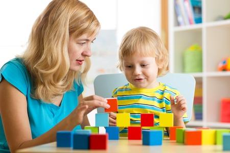 niño niño jugando junto con la madre juguetes educativos