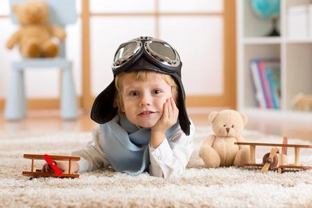 juguetes de madera: retrato de un niño jugando con el avión de madera y el sueño sea aviador Foto de archivo