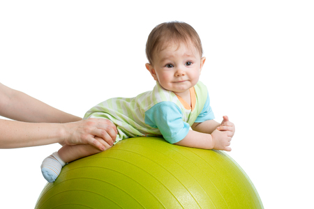 massage enfant: Close-up portrait de sourire bébé sur la balle de remise en forme. L'exercice et le massage, la conception de la santé du bébé