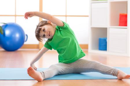 Sportives Mädchen Kind zu Hause tun Gymnastik Standard-Bild - 74647678