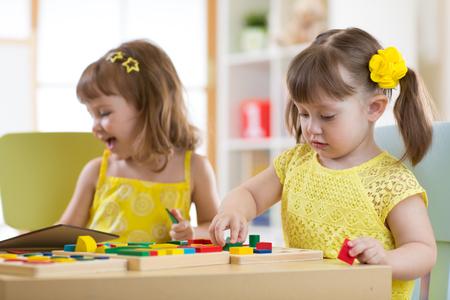 niños en edad preescolar juegan con los juguetes de clasificación para la educación en el aula, guardería o el hogar Foto de archivo