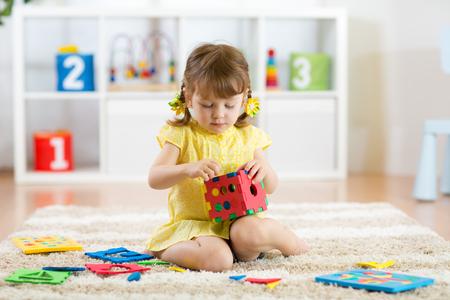 základní: hrát holčičku