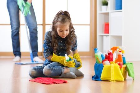L'enfant mignon petite fille nettoie un plancher dans la pépinière à la maison