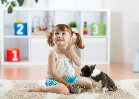 Enfant enfant mignon nourrissant son chien de compagnie Banque d'images