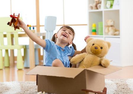 Concept de rêves. Un enfant pilote avec un avion jouet joue chez lui dans sa chambre. Banque d'images