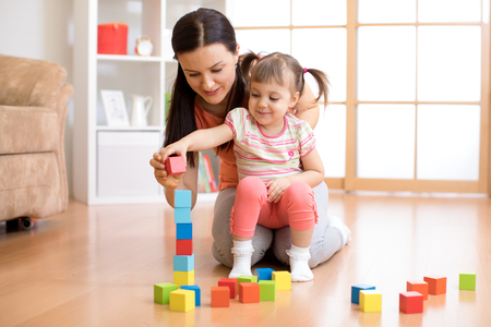 cute mother and child girl play together Banque d'images