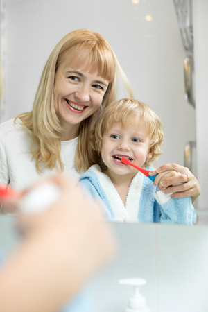 mother teaching kid teeth brushing Banque d'images