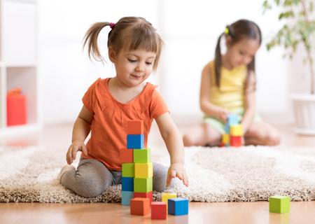 子供たちの保育園でプレイルームでブロックおもちゃを演奏
