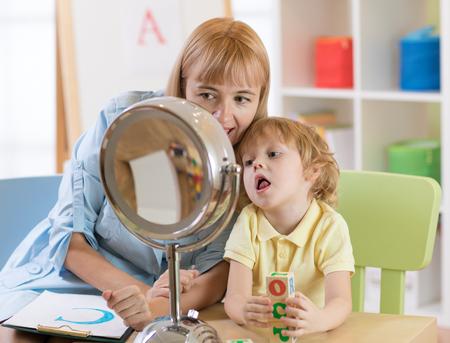 Enfant mignon petit garçon à la leçon orthophoniste Banque d'images - 92732115