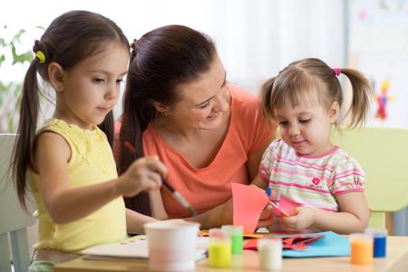 kinderen kinderen meisjes en moeder hand maken op kinderdagverblijf of thuis