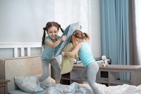 kids girls have fun playing with pillows at home Banque d'images