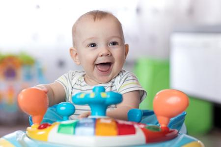 lustiges Baby, das im Babypullover spielt