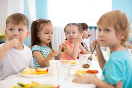 Group of kindergarten children have lunch Stockfoto - 116466461