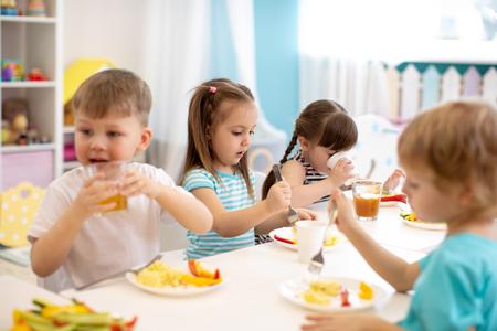 Group of kindergarten children have lunch Archivio Fotografico