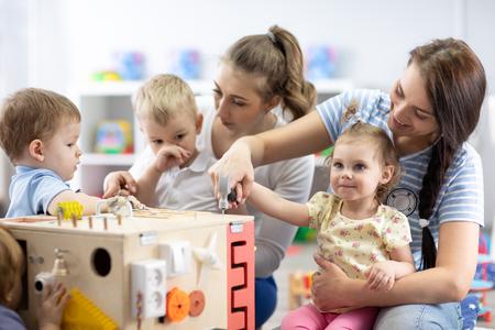 Dzieci bawią się zabawką edukacyjną w przedszkolu