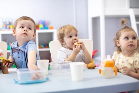 아기 어린이 유아 보육원이나 유치원에서 저녁 식사를 스톡 콘텐츠