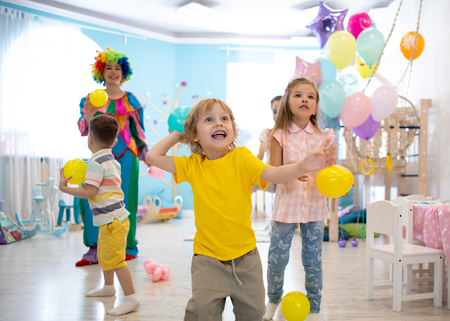 Niño emocionado en la fiesta de cumpleaños