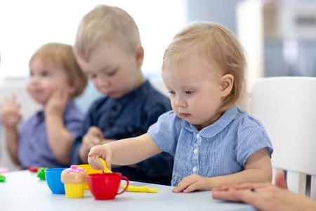 Grupo de bebés niños dedicados a la artesanía.
