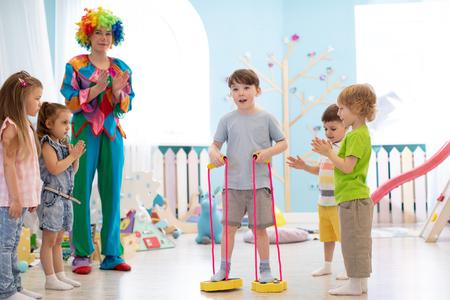 gelukkige kinderen en clown op verjaardagsfeestje Stockfoto