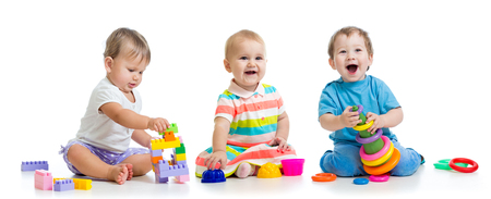 Kindergartenkinder spielen mit Lernspielzeug educational Standard-Bild