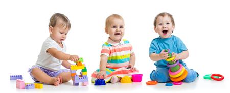 los bebés de la guardería juegan con juguetes educativos Foto de archivo