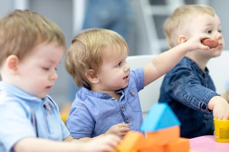Kinderdagverblijf kinderen op les in de kleuterschool Stockfoto