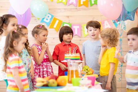 Grupo de niños celebran juntos la fiesta de cumpleaños