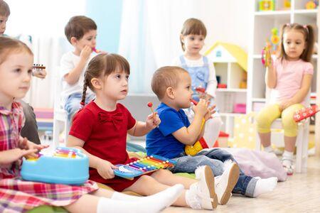 Cours de musique pour groupe d'enfants en maternelle Banque d'images