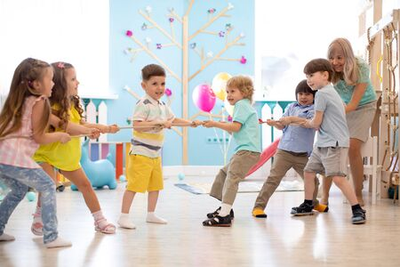 Gruppo di bambini in una gara di tiro alla fune