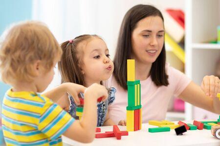 Niños con maestra en kindergarten.