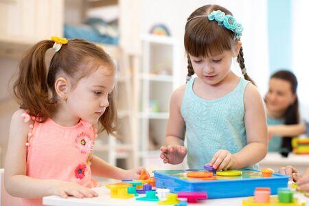 Bambini in età prescolare che imparano forme, educazione precoce e concetto di asilo nido