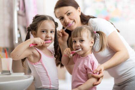 happy family brushing their teeth Imagens