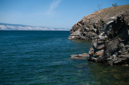 Turquoise water of Lake Baikal with a rock in summer close-up 版權商用圖片