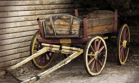 carreta madera: Otoño escena con carreta de madera Foto de archivo