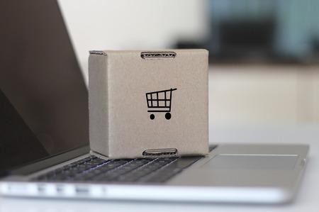 オンライン ショッピング カート コンセプト ノート パソコンと段ボール ボックス