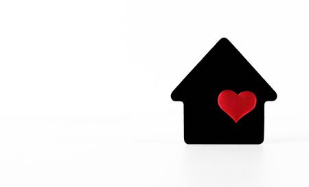 Simboli di casa nera su sfondo bianco con cuore rosso Archivio Fotografico - 82437363